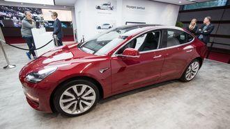 Tesla Model 3 stilt ut under bilmessen i Paris.