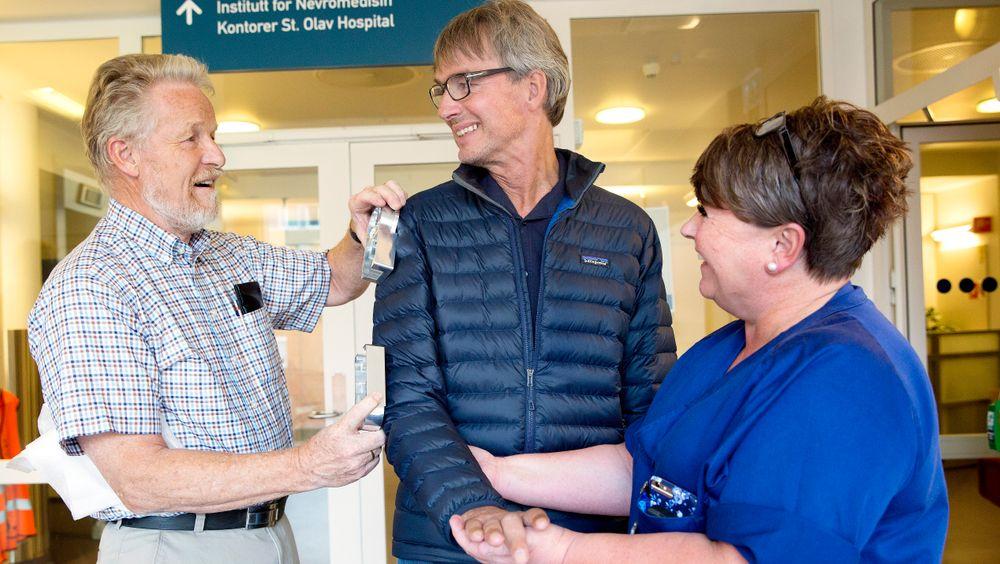 Professor emeritus Terje Kristoffer Lien (t.v.) vil i samarbeid med spesial-ergoterapeut Mari-Anne Myrberget og St. Olavs hospital utvikle en ny stemmestyrt armrobot til Per Waatland.