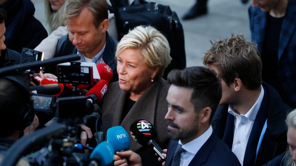 Finansminister Siv Jensen på vei fra Finansdepartementet til Stortinget for å legge frem neste års statsbudsjett.