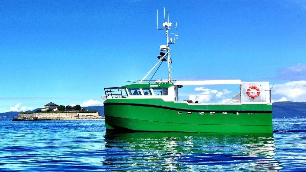 Karoline er verdens første elektriske sjark. Det snaut 11 meter lange fartøyet bruker dieselgenerator til og fra fiskefeltet. Nå vil Bellona med flere ha store deler av den norsk fiskeflåten over på eldrift.