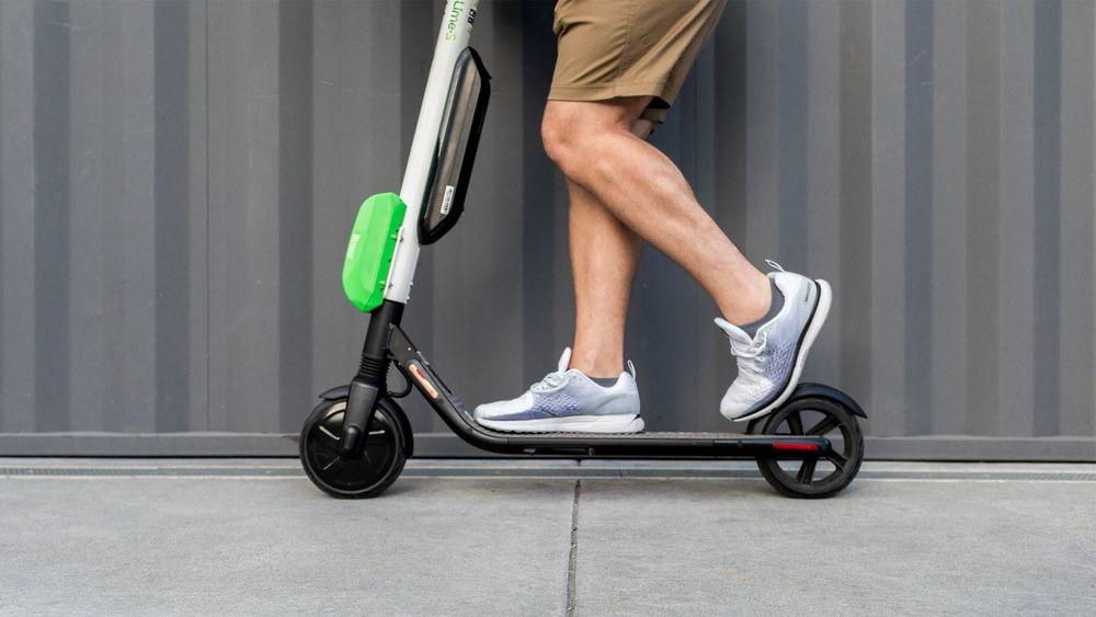 Lime er et av selskapene som har kommet lengst i utleie av elektriske sparkesykler i amerikanske byer. Ikke alle klarer å holde seg på syklene...
