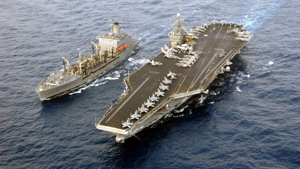 USS Harry Truman får drivstoff fra et militært tankskip i Middelhavet i 2003. Nå er det på vei til Norge for å delta i Trident Juncture.