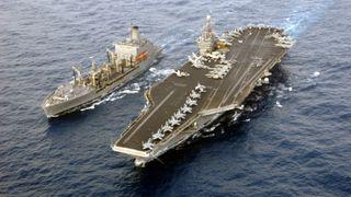 Hangarskipet har plass til flere fly enn det er i det norske luftforsvaret. Nå kommer det hit for å øve