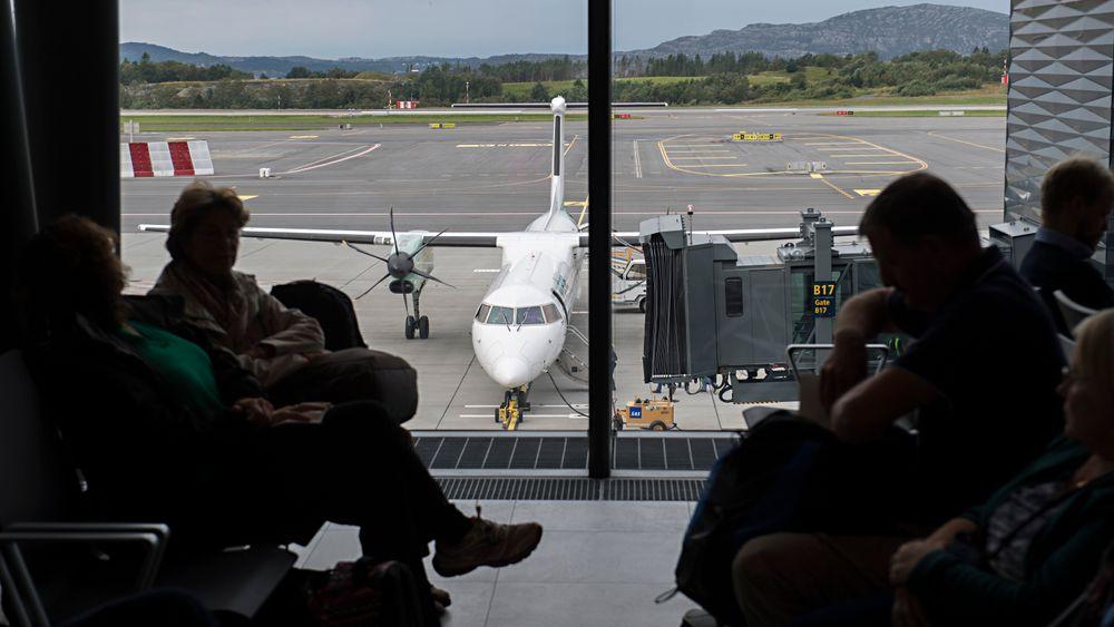 I morges måtte fly vente på at merkemalingen skulle tørke. Dette bildet er fra åpningen av flyplassen i fjor.
