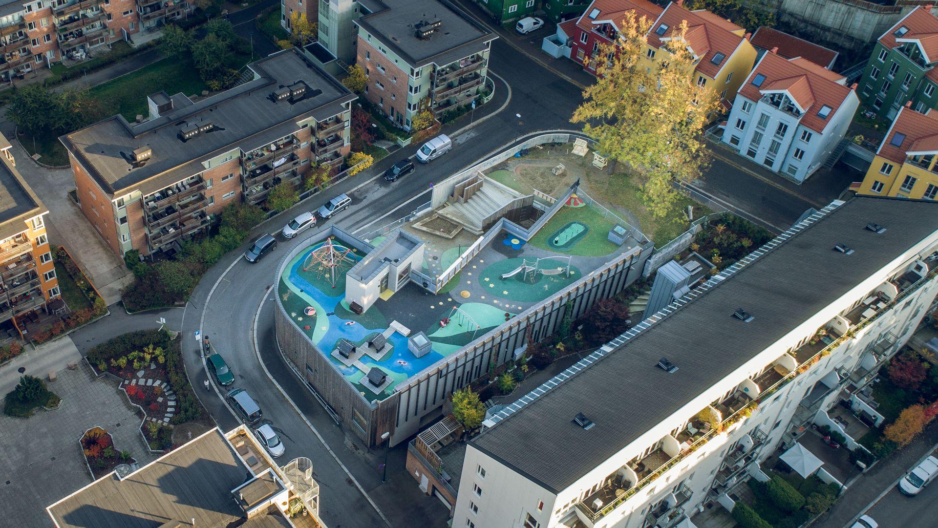 Hvordan få plass til en fullverdig lekeplass for en barnehage midt inne i et tettbygd strøk i Gamlebyen i Oslo? Svaret var å legge den oppe på taket. Under lekeplassen ligger det tak fra Protan. Prosjektet ble nominert til Oslo bys arkitekturpris i 2015. Foto: Protan