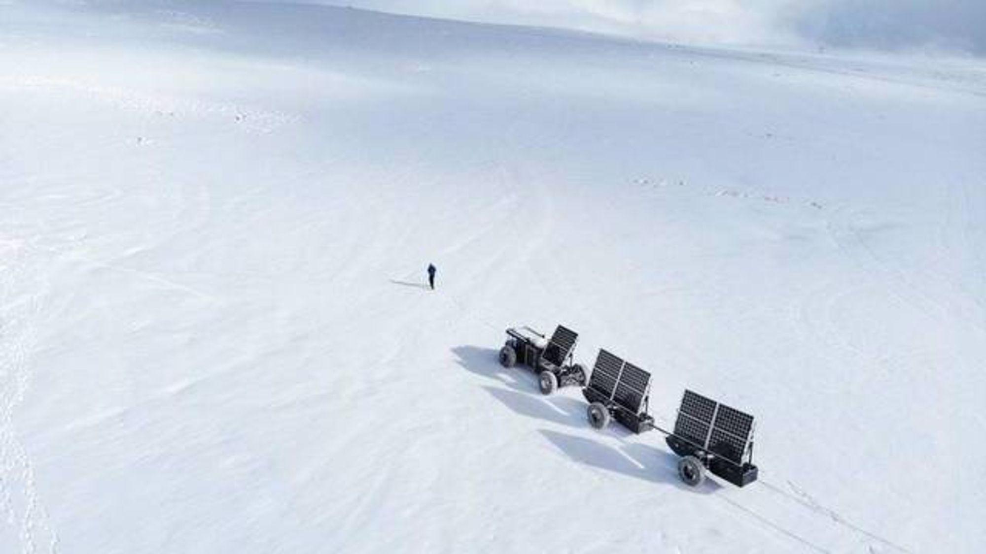 Med et kjøretøyet består av en trekkvogn med fire hjul og to enakslede tilhengere med flere solcellepaneler, skal et par begynne sin langsomme reise over Antarktis mot Sørpolen.