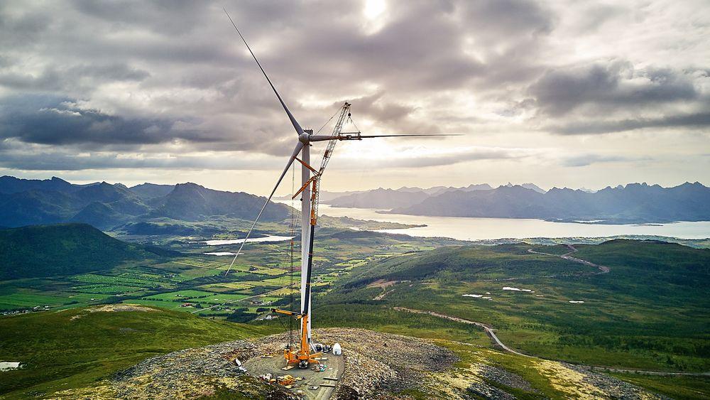 Mektig: Selv med 150 meters høyde og 126 meter rotordiameter blir møllene små mot omgivelsene på Langøya i Vesterålen.