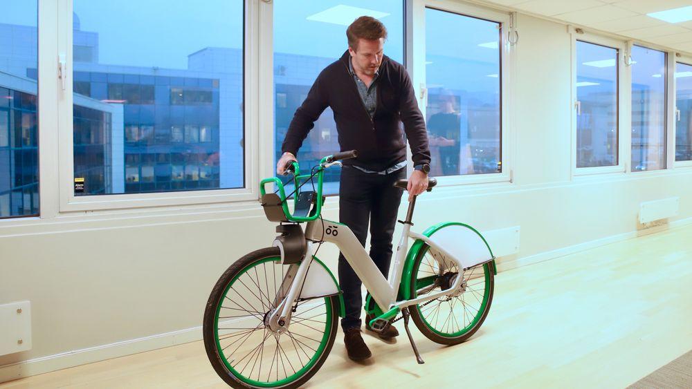 Den nye bysykkelen: Sjef for Urban Sharing, som er infrastrukturplattformen i UIP, Axel Bentsen viser frem den nye bysykkelen.
