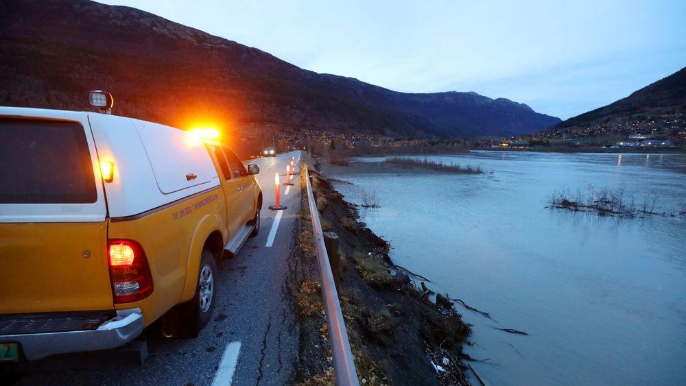 Mesta setter ut varselkjegler om at autovernet ikke er til å stole på. Deler av veiskulderen er skyldt bort av vannet ved Tronoddbrua i Lom. Mildvær og mye regn har gitt vårflom-tilstander på senhøsten.