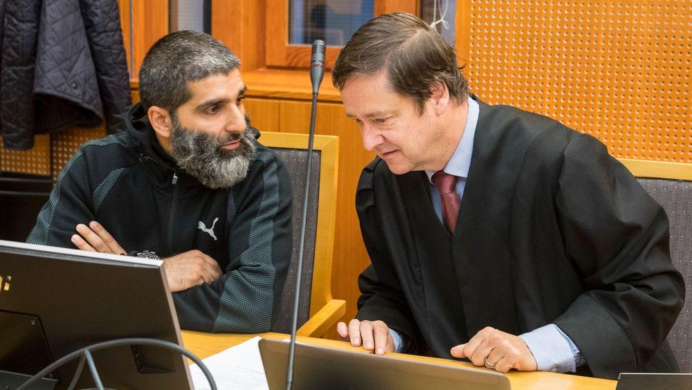 Arfan Qadeer Bhatti (t.v.) og hans advokat John Christian Elden i Oslo tingrett mandag morgen. Bhatti mener segurettmessig forfulgt av politiet, og møter staten ved Justis- og beredskapsdepartementet i retten.Foto: Vidar Ruud / NTB scanpix