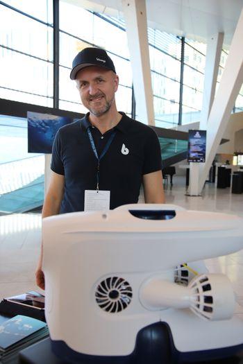 Erik Dyrkoren i Blueye Robotics med en Pioneer-drone. Masseproduksjonen begynner  i oktober 2018.