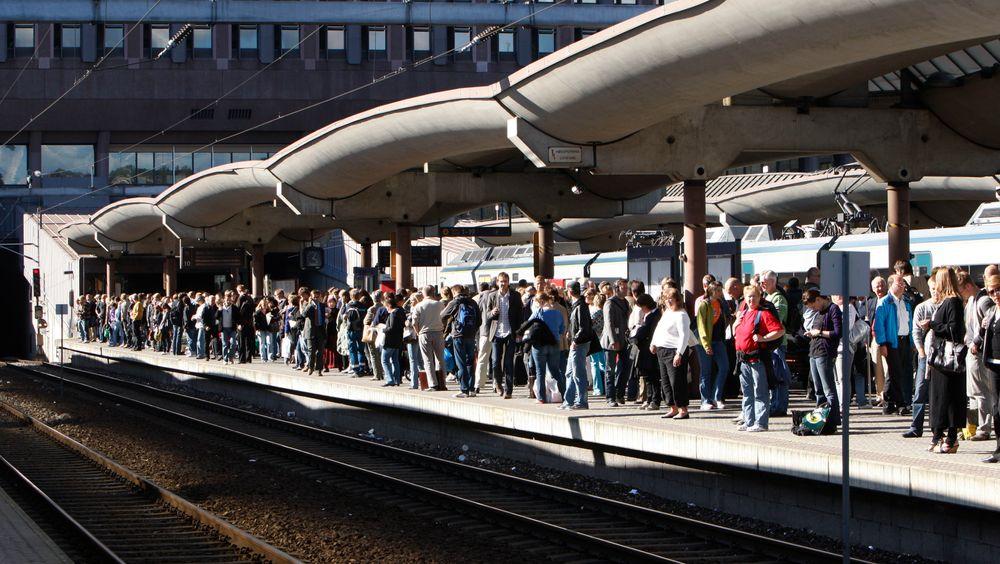 Ventende togpassasjerer på Oslo S. I Storbritannia klager mange passasjerer på punktligheten til den britiske toganbudsvinneren Go-Ahead. Foto: Morten Holm / SCANPIX .