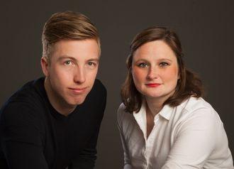 Forfatterene Lars Joakim Skarvøy og Marie Melgård jobber til daglig som politiske journalister i VG.