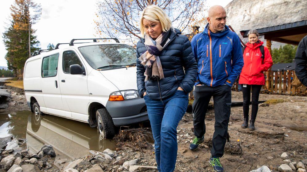 Monica Mæland (H) fikk se skadene etter flommen ved en enebolig i Skjåk.