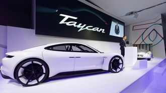 Porsche-sjef Oliver Blume under en visning av Porsche Taycan i juni.