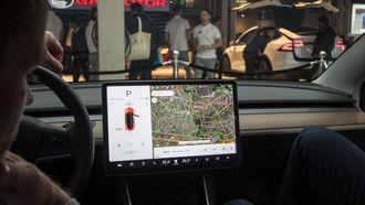 Model 3 har én enkelt skjerm som erstatter nesten alle knapper, og alle måleinstrumenter.