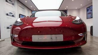 Tesla Model 3 utstilt på bilmessen i Paris.