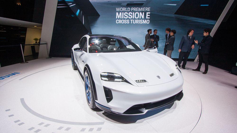 Porsche Mission E Cross Turismo vist frem under bilmessen i Genéve.