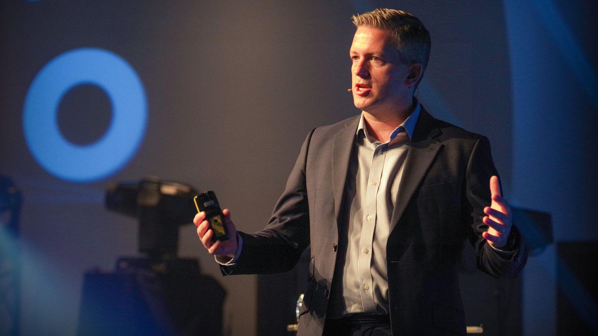 – Verden kobles sammen som aldri før, og det er helt fantastisk, men det åpner også for et hav av enheter som hackerne kan bruke for å lure seg inn i et nettverk. Markedet oversvømmes av produkter og problemene hoper seg opp, sier John Maynard, direktør for cybersikkerhet i Cisco Europa.
