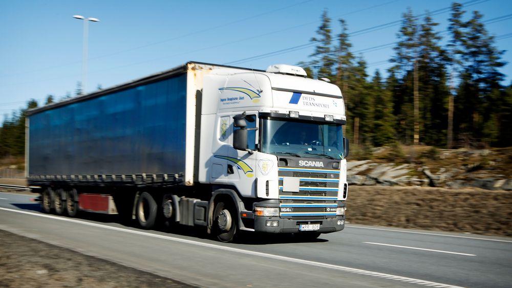 En svensk trailer på E6 ved Mortensrud i Oslo. Nå har EU kommet et viktig skritt nærmere å bestemme utslippskrav for lastebiler.