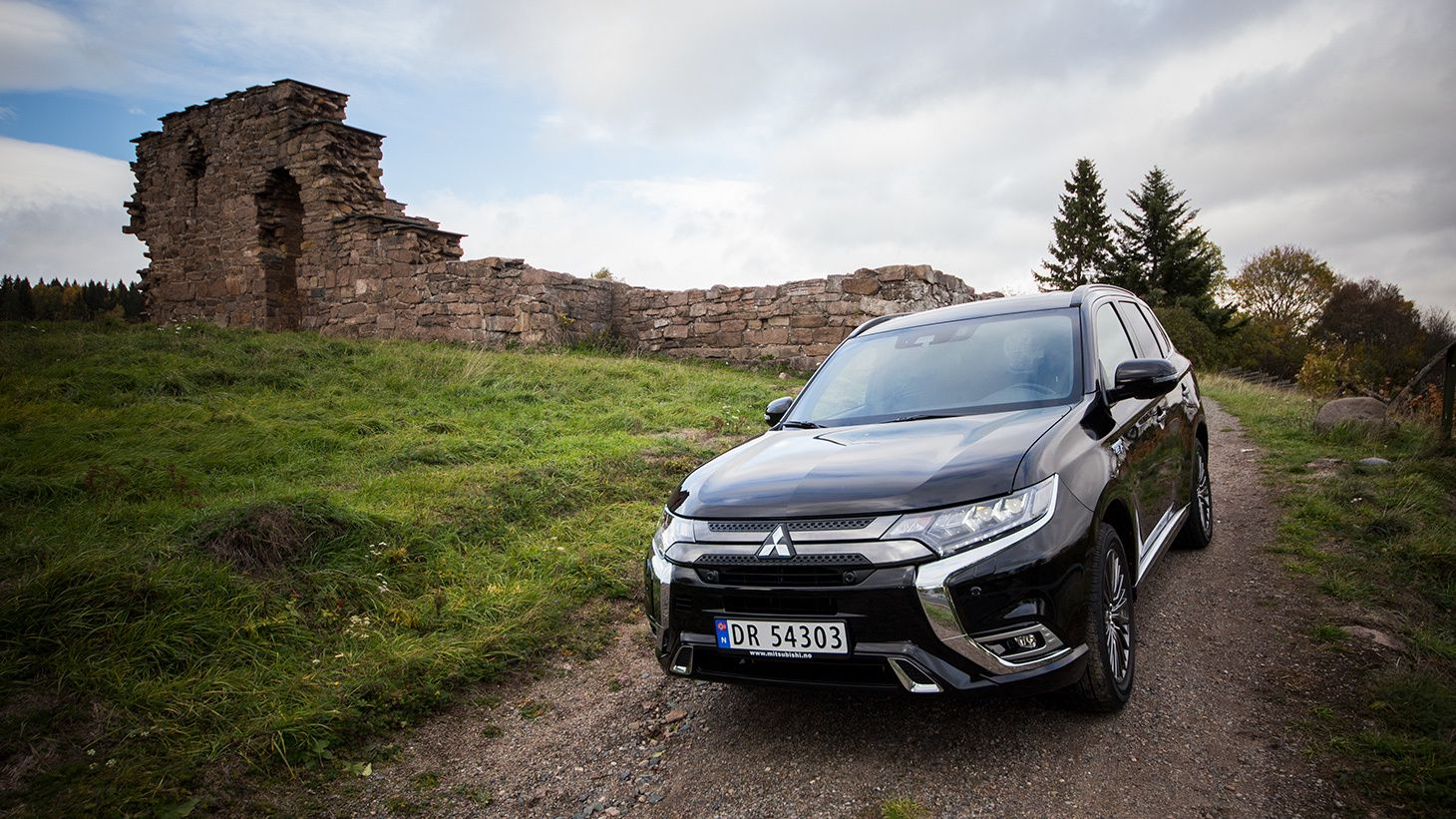 En Outlander PHEV i sitt rette element. Suksessmodellen til Mitsubishi kommer nå med lenger elektrisk rekkevidde, mulighet for hurtiglading og smarte løsninger for enda bedre veigrep.