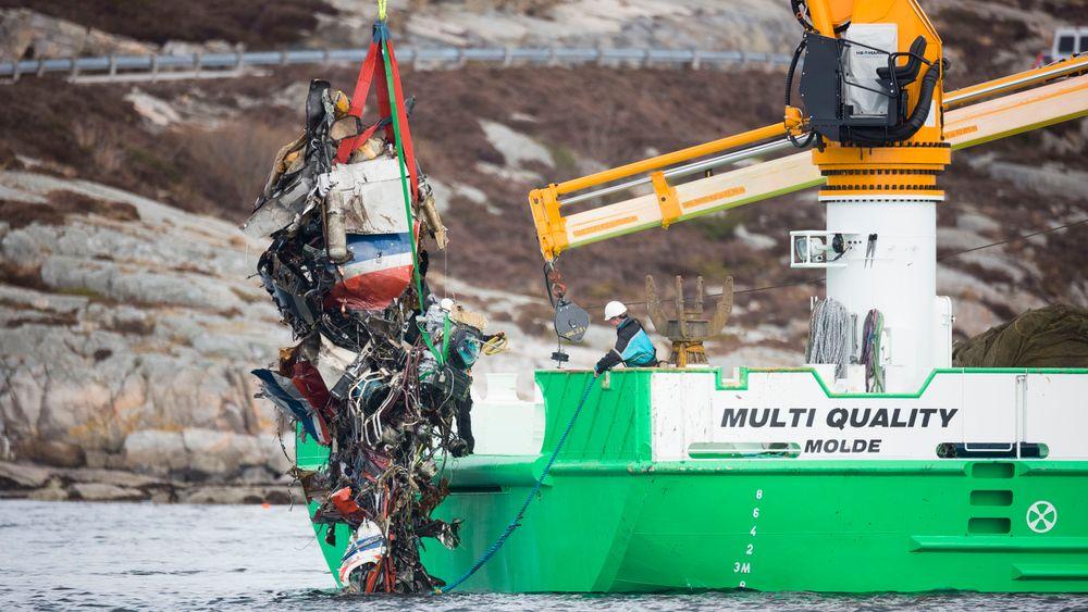 Tolv menn og en kvinne omkom da et helikopter fra CHC Helicopter Service styrtet ved Turøy i Øygarden kommune utenfor Bergen. Helikopteret var på vei fra Gullfaks B-plattformen. Her heises helikopterskroget opp av vannet.