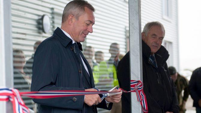Forsvarsminister Frank Bakke-Jensen foretok offisiell åpning av en av de nye befalsforlegningene inne på Ørland. Direktør Olaf Dobloug i Forsvarsbygg til høyre.
