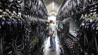 Teknikere inne på et stort datasenter.