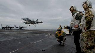 Forsvarsdepartementet har ikke spurt om hangarskip i norsk farvann har atomvåpen ombord
