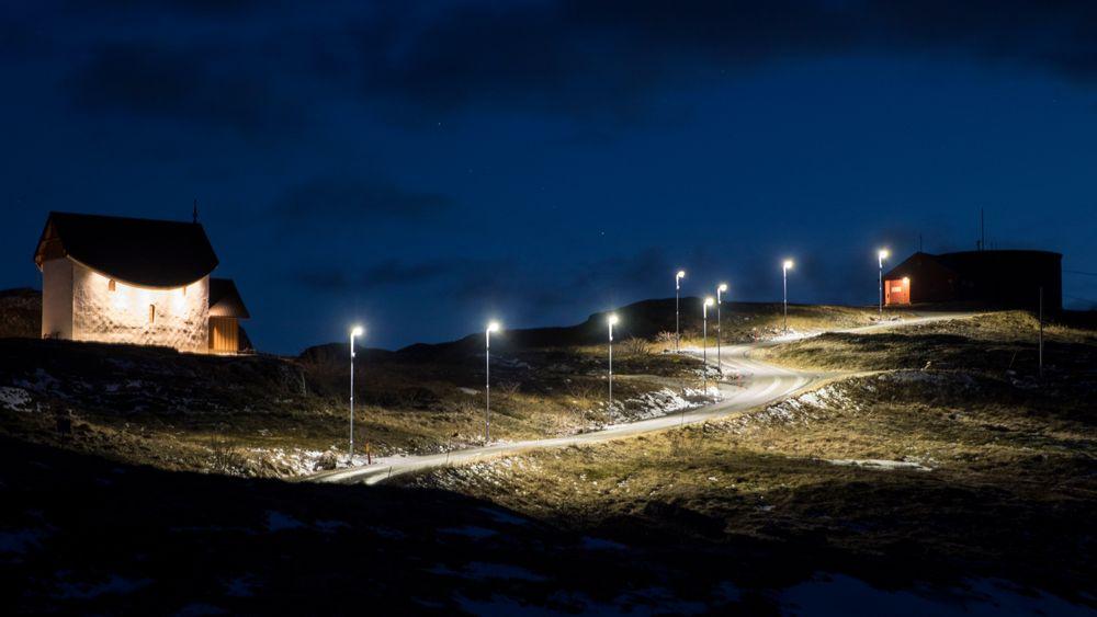 Det er sensorstyrt gatelys på veien opp til vanntårnet fra Petter Dass kapellet i Træna kommune. Dette vil lyse kun når det er bevegelse langs veien.