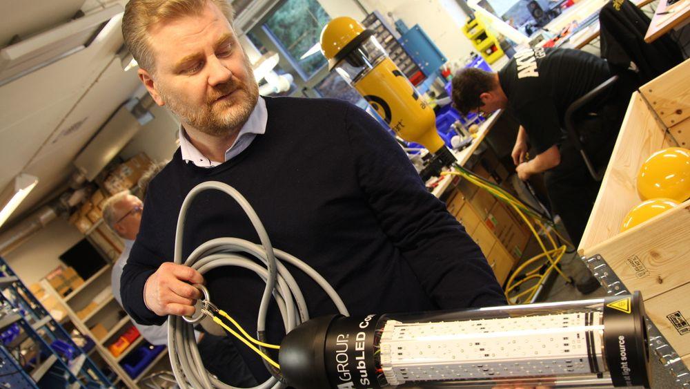 Guttorm Lange, undervannslysansvarlig i Akva group, viser fram lyset som hindrer kjønnsmodning hos laks. Foto: Arne Fenstad.