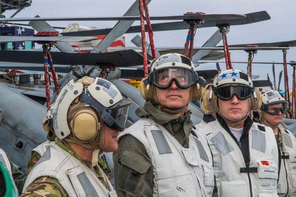NATOs generalsekretær Jens Stoltenberg fikk nylig en omvisning på det amerikanske hangarskipet USS Harry S. Truman, som er på vei til farvannene utenfor Norge for å delta i NATO-øvelsen Trident Juncture.