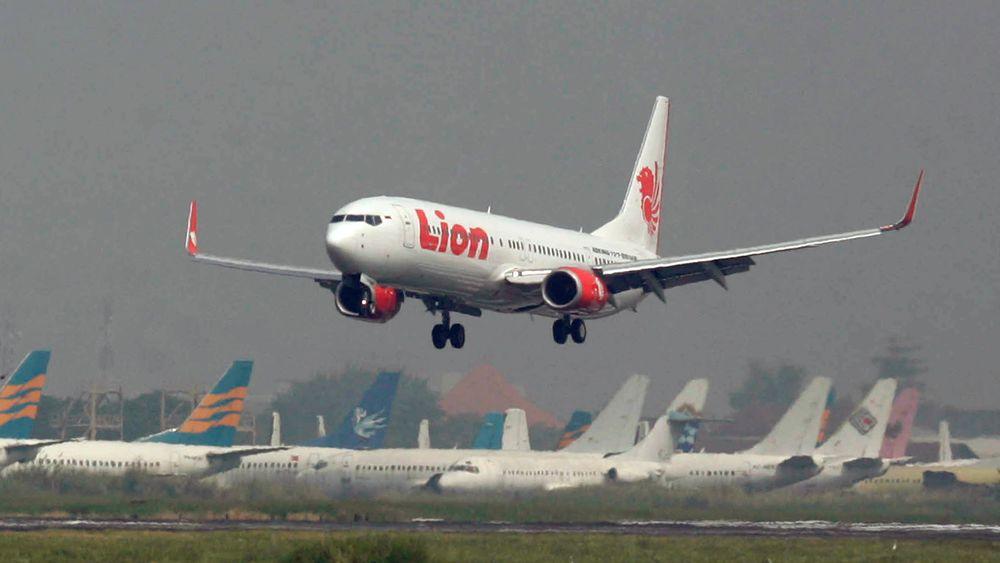 På dette arkivbildet tar et passasjerfly fra Lion Air av fra Juanda International Airport i Surabaya, Indonesia. Dette er ikke en 737 Max 8, men en 737-900ER som Lion Air var lanseringskunde på og mottok det første eksemplaret av sommeren 2007.
