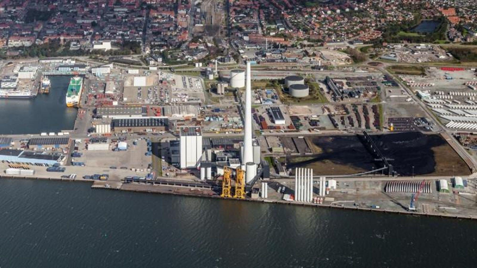 Den danske fjernvarmebansjen frykter konsekvensene av et lovforslag om å fjerne plikten til å bruke fjernvarme. På bildet ser vi Ørsteds fjernvarmeanlegg i Esbjerg, Esbjergverk.