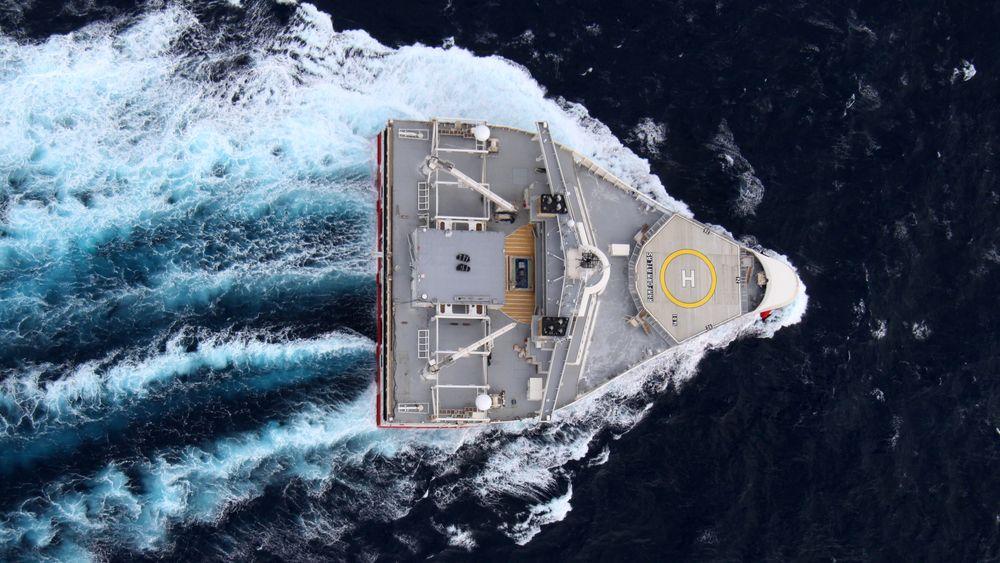 PGS vil bruke et seismikkskip til å samle plast, men ikke samtidig som det skyter seismikk. Planen er nå å fullføre pilotprosjektet som tar sikte på å samle plast i havet med luftbobler.