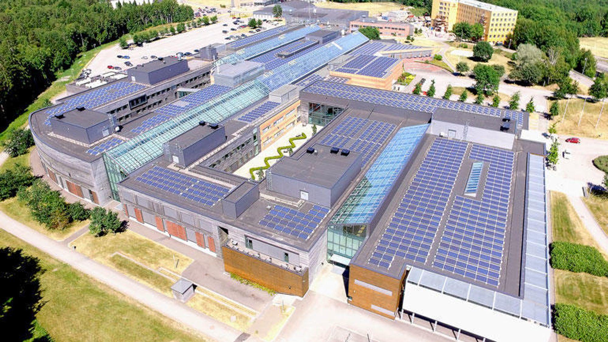Tre tusen kvadratmeter med solcellepanel er montert på taket til USN campus Vestfold.