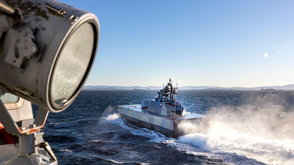 KNM Skudd passerer KNM Otto Sverdrup utenfor Trøndelagskysten under NATO øvelsen Trident Juncture 2018.