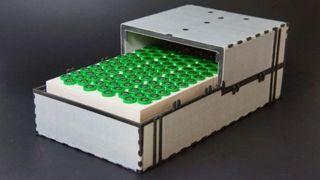 En prototype av batteriet, hvor cellene er pakket i faseforandende materiale og kassen er bygget med isolerende sandwichmateriale.