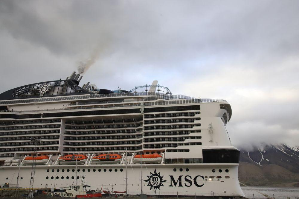 FNs sjøfartsorganisasjon har vedtatt at det er forbudt å ha diesel med for høyt svovelinnhold i tankene – selv om motorene bruker lovlig drivstoff fra andre tanker.  Fra 2023 kan det bli forbud mot tungolje i arktiske strøk. Her er MSC Meravaglia til kai i Longyearbyen. Skipet har fire Wärtsilä hovedmotorer på totalt 58 MW.