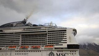 MSC Meravaglia til kai i Longyearbyen.  Fra 2023 kan det bli forbudt å bruke tungolje i Arktiske strøk. Skipet har fire Wärtsilä hovedmotorer på totalt 58 MW.