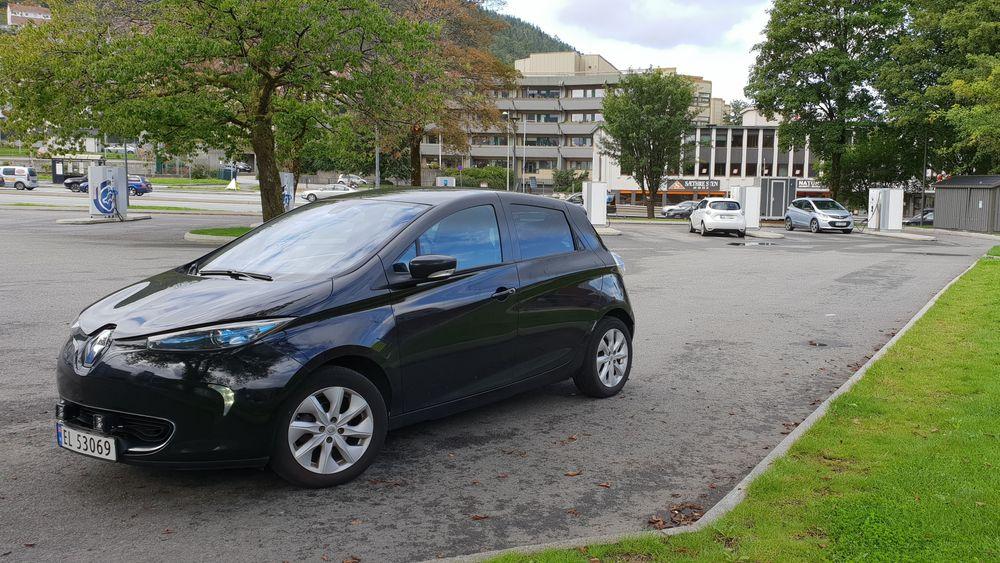 Elbil parkert på et ladested på Danmarks plass i Bergen.