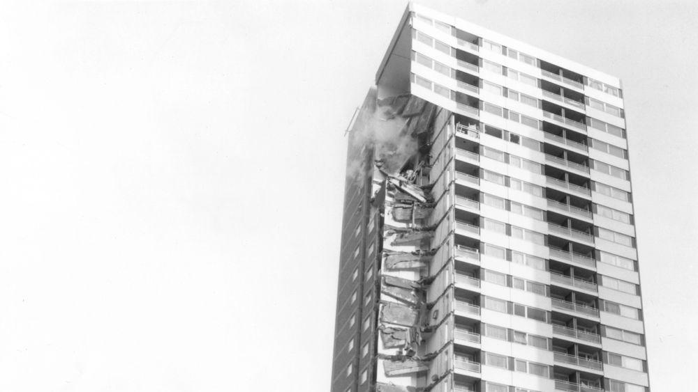 Den 22-etarser høye boligblokka Ronan Point i Øst-London like etter kollapsen, der fire personer døde og 17 ble skadet.