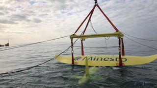 Det svenske tidevannskraftverket «flyr» i vannet. Nå har det vist at det kan produsere strøm