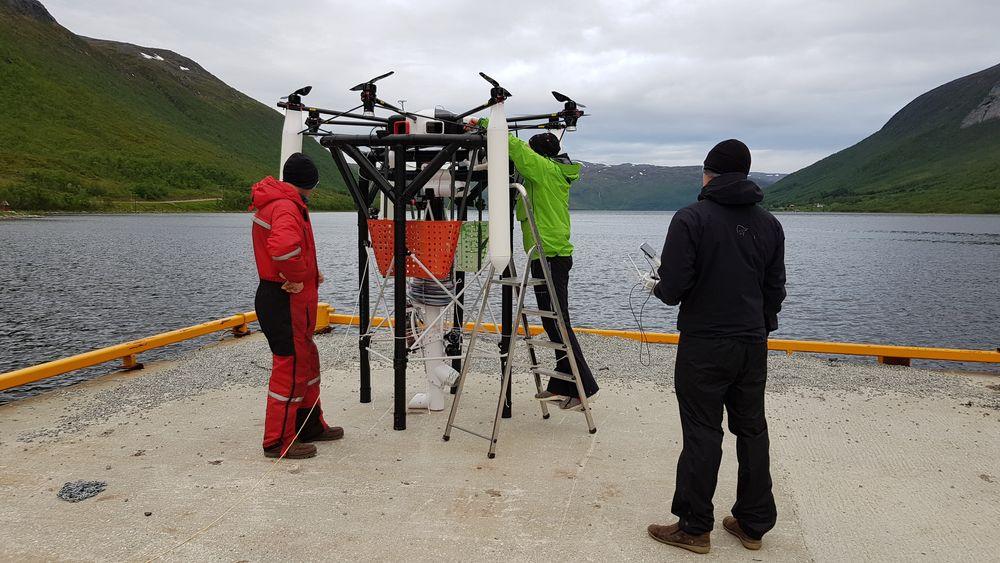 Her tester Ecofang dronen som skal brukes til kråkebollehøsting. Dronen har et system som gjør at den kan kobles presist på ROVen selv om den lander litt skjevt, ifølge gründer Jens Kristian Henriksen. Foto: Ecofang.