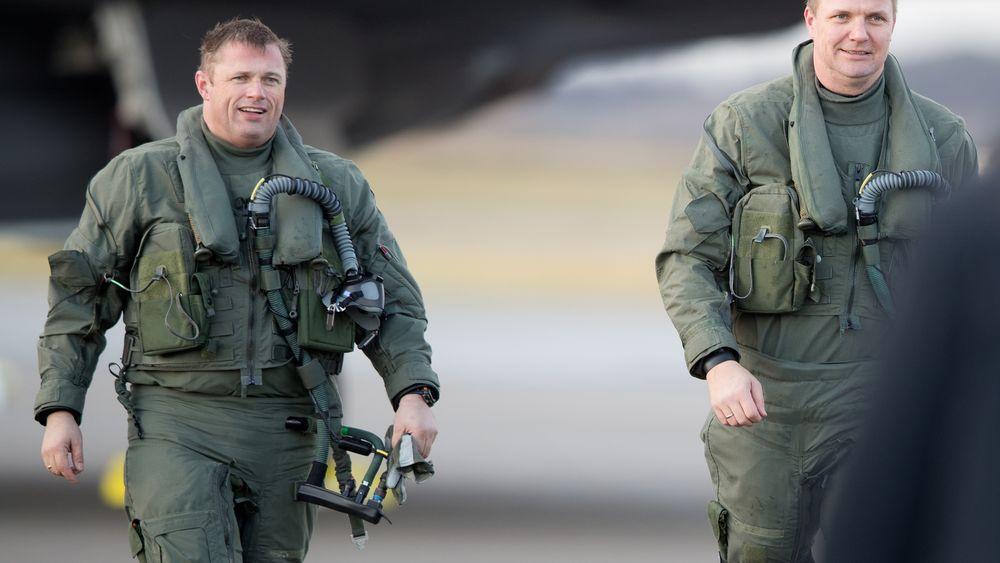 Skvadronsjefene Ståle Nymoen (t.v) og Thomas Harlem etter å ha landet på Ørland i forbindelse med den offisielle seremonien 10. november i fjor.