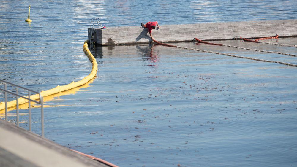 Bildet er fra oppryddingsarbeidet etter at det i sommer lakk olje ut i Alnaelva fra en oljetank eid av Oslo Sporveier. Ved det tilfellet nådde oljen sjøen, og det ble lagt ut lenser for å begrense skadene av utslippet.
