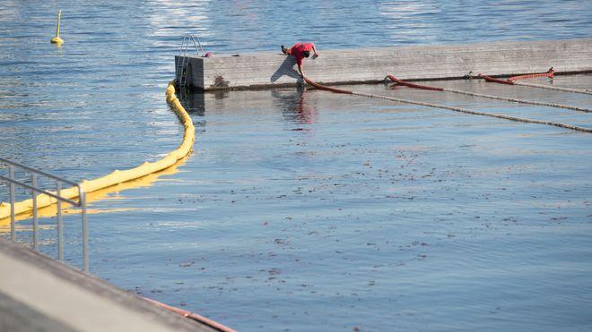 5000 liter olje kan ha lekket ut i Alnaelva. Men Brannvesenet tror de har hindret oljen i å nå fjorden