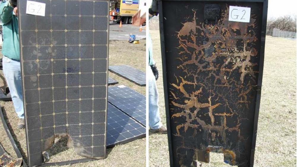 En solcellemodul som er hardt skadet i brann kan fortsatt levere både strøm og spenning, og føre til at brannen blusser opp igjen.