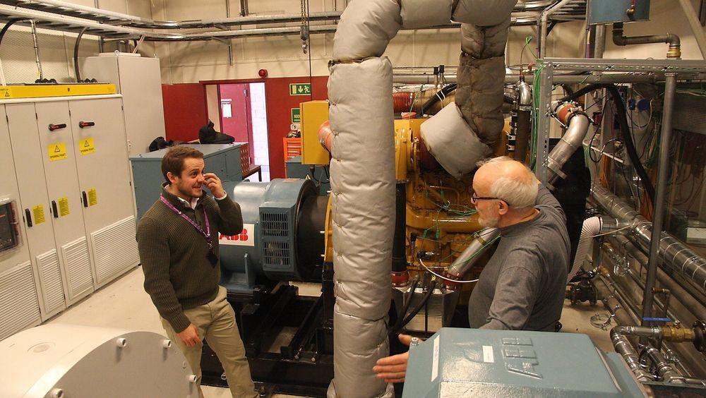 ABB har bidratt til å etablere hybridlaboratoriet ved Sintef Ocean i samarbeid med NTNU.  Bildet er fra tidligere tester med John O. Lindtjørn fra ABB og Erik Hennie  fra daværende Marintek. Nå bygges det inn en brenselcelle på 30 kW for testkjøring og simulering av drift om bord på skip.