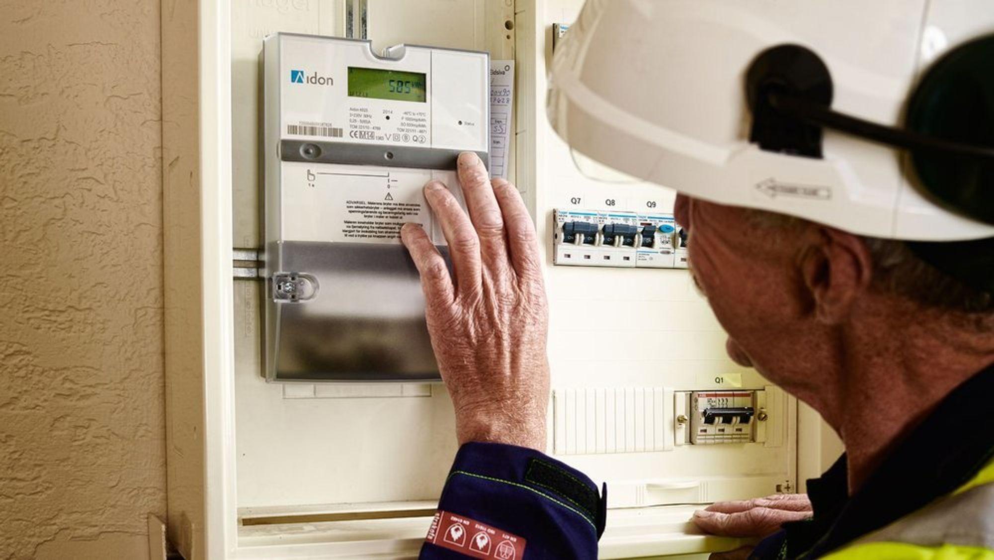 Før nyttår skal alle norske husstander ha fått en ny strømmåler. Disse skal automatisk sende forbruksinformasjon til nett- og kraftselskap. Men 107 nettselskaper er fortsatt ikke klare.